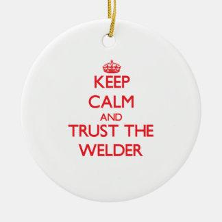 Guarde la calma y confíe en el soldador adorno navideño redondo de cerámica