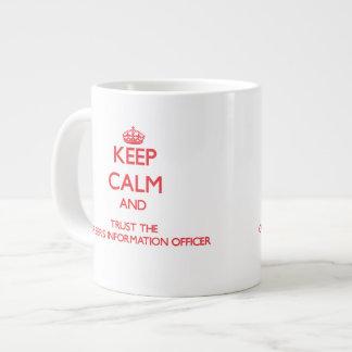 Guarde la calma y confíe en la oficina de informac taza extra grande