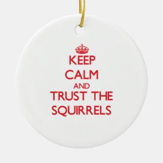 Guarde la calma y confíe en las ardillas ornaments para arbol de navidad