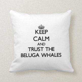 Guarde la calma y confíe en las ballenas de la bel almohada