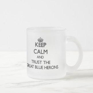Guarde la calma y confíe en las garzas de gran azu tazas de café