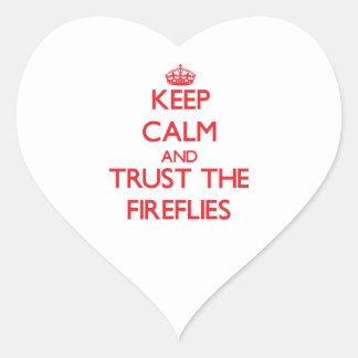 Guarde la calma y confíe en las luciérnagas pegatina en forma de corazón
