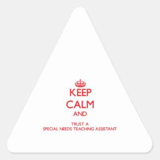 Guarde la calma y confíe en las necesidades de un pegatina de trianguladas