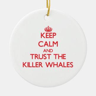 Guarde la calma y confíe en las orcas adorno de reyes