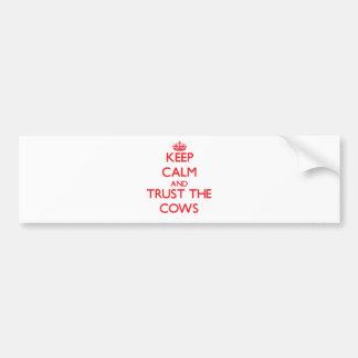 Guarde la calma y confíe en las vacas pegatina de parachoque