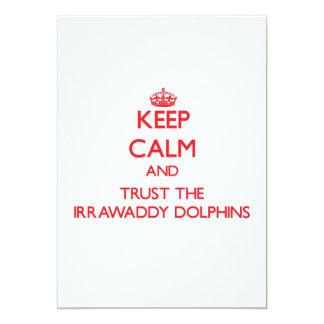 """Guarde la calma y confíe en los delfínes de invitación 5"""" x 7"""""""