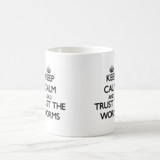 Guarde la calma y confíe en los gusanos taza básica blanca