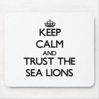 Guarde la calma y confíe en los leones marinos mouse pad