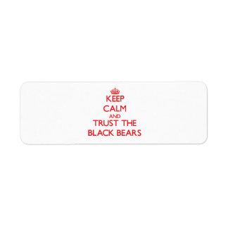 Guarde la calma y confíe en los osos negros etiquetas de remite
