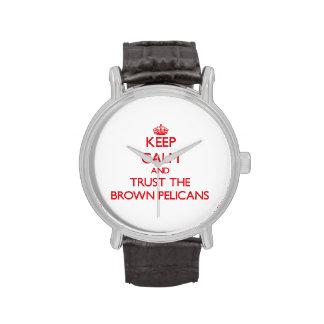 Guarde la calma y confíe en los pelícanos de Brown Reloj De Mano