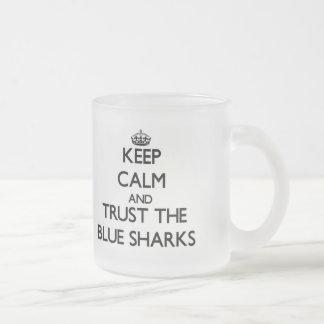 Guarde la calma y confíe en los tiburones azules tazas de café