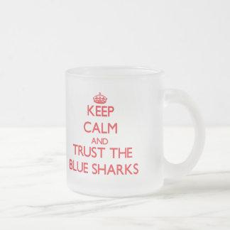 Guarde la calma y confíe en los tiburones azules tazas