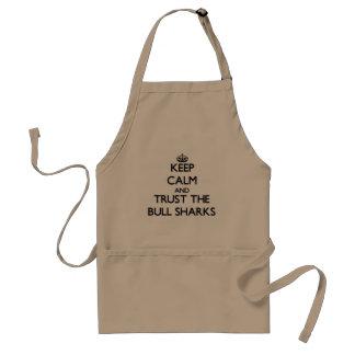 Guarde la calma y confíe en los tiburones de Bull Delantal