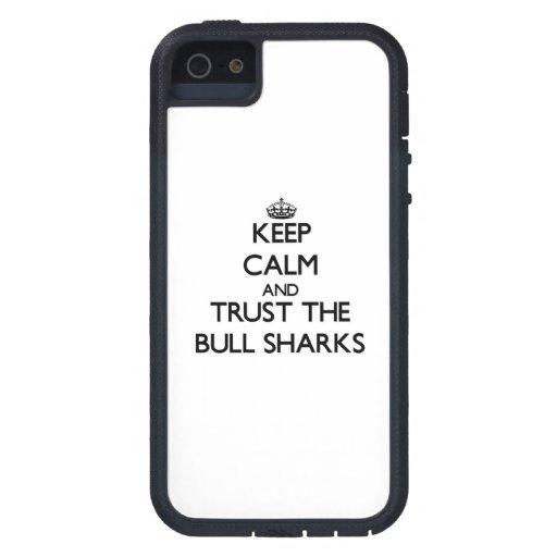 Guarde la calma y confíe en los tiburones de Bull iPhone 5 Protector