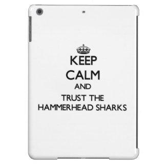 Guarde la calma y confíe en los tiburones de Hamme Funda Para iPad Air