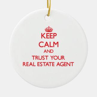 Guarde la calma y confíe en su agente inmobiliario adorno redondo de cerámica