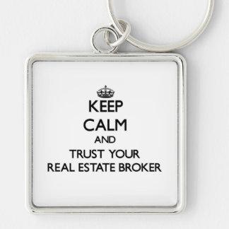 Guarde la calma y confíe en su agente inmobiliario llavero cuadrado plateado