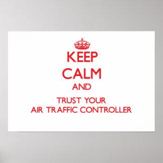 Guarde la calma y confíe en su controlador aéreo posters