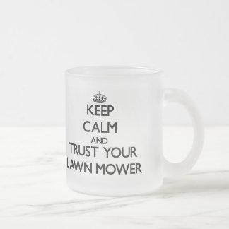 Guarde la calma y confíe en su cortacésped taza