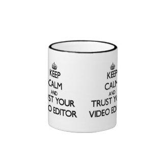 Guarde la calma y confíe en su editor de vídeo taza de dos colores