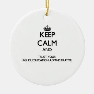 Guarde la calma y confíe en su educación más alta adorno navideño redondo de cerámica
