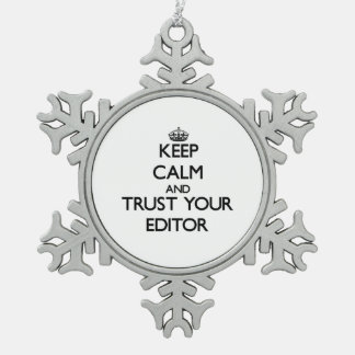 Guarde la calma y confíe en su redactor adorno de peltre en forma de copo de nieve