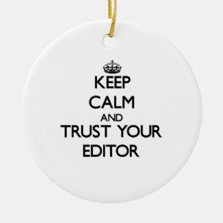 Guarde la calma y confíe en su redactor adorno navideño redondo de cerámica