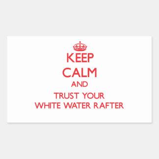 Guarde la calma y confíe en su viga del agua blanc