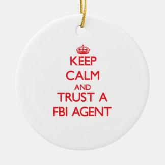 Guarde la calma y confíe en un agente del FBI Adorno Redondo De Cerámica