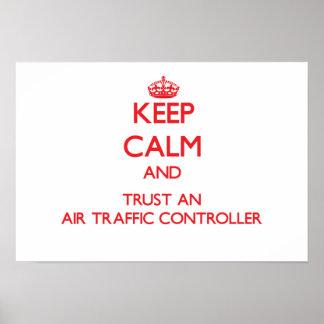 Guarde la calma y confíe en un controlador aéreo poster