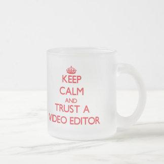 Guarde la calma y confíe en un editor de vídeo tazas