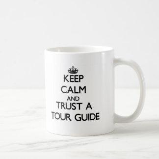 Guarde la calma y confíe en un guía turístico taza básica blanca