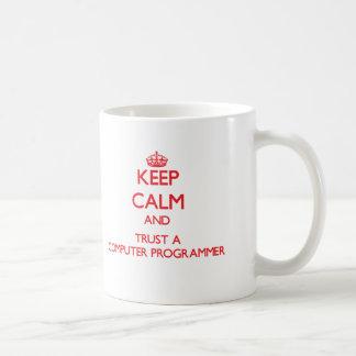 Guarde la calma y confíe en un informático tazas de café
