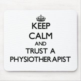 Guarde la calma y confíe en un Physioarapist Tapetes De Ratón