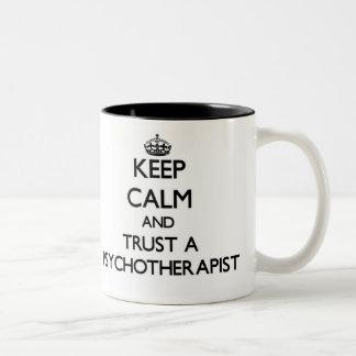 Guarde la calma y confíe en un Psychoarapist Tazas De Café
