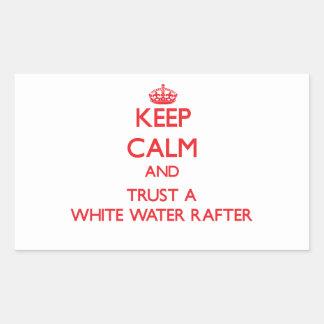 Guarde la calma y confíe en un viga del agua blanc etiqueta