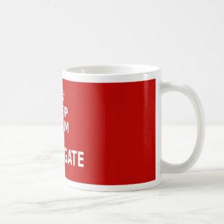 Guarde la calma y conjugue taza de café