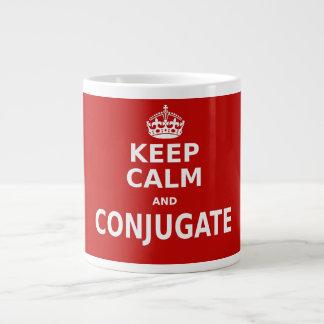 Guarde la calma y conjugue taza de café grande