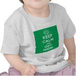 Guarde la calma y consiga alto camisetas