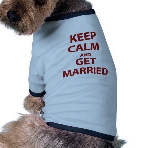 Guarde la calma y consiga casado camiseta con mangas para perro