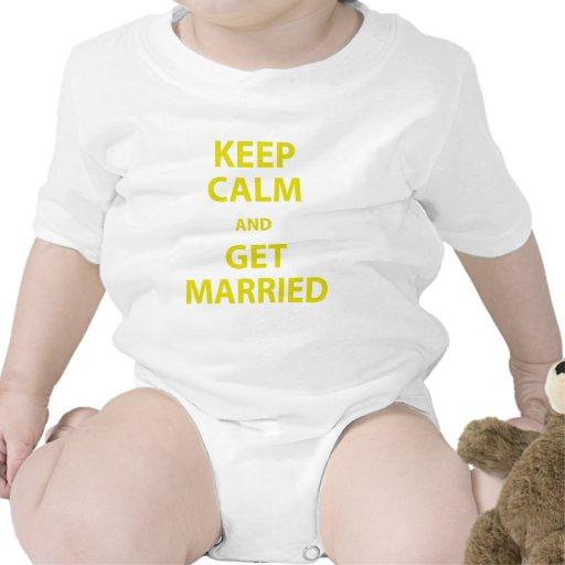 Guarde la calma y consiga casado camisetas