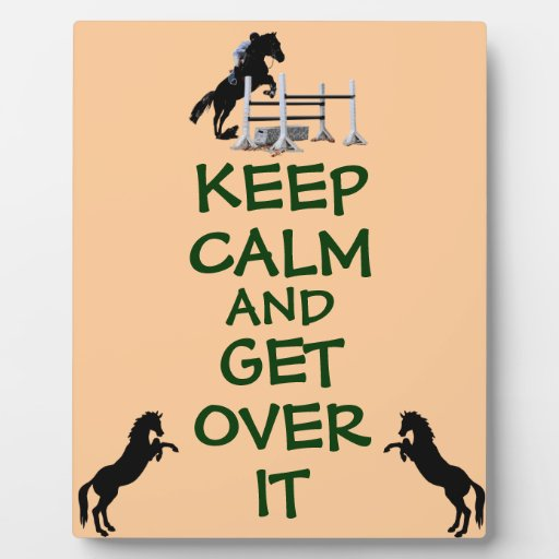 Guarde la calma y consiga sobre ella el caballo placas
