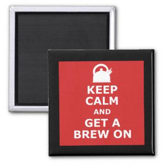 Guarde la calma y consiga un brew encendido imán cuadrado