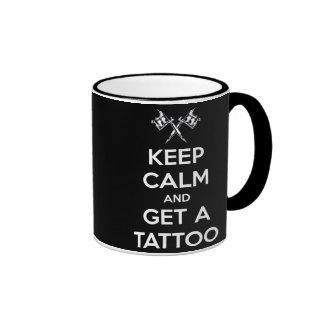 Guarde la calma y consiga un tatuaje taza de dos colores