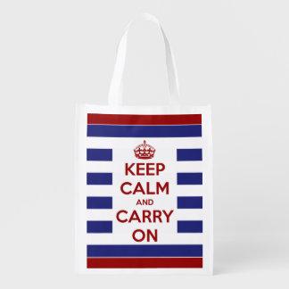 Guarde la calma y continúe azul y el blanco en bolsa de la compra