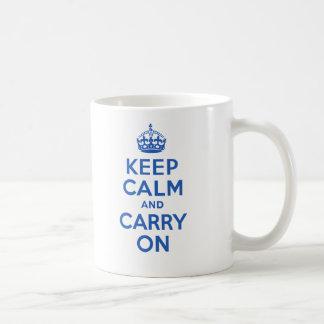 Guarde la calma y continúe el azul taza de café