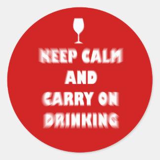 Guarde la calma y continúe el beber pegatina redonda