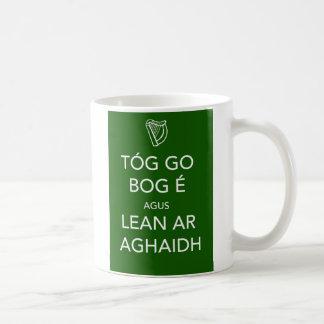 Guarde la calma y continúe el IRLANDÉS Taza Clásica