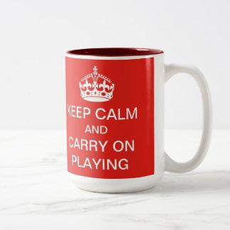 Guarde la calma y continúe el jugar de la taza
