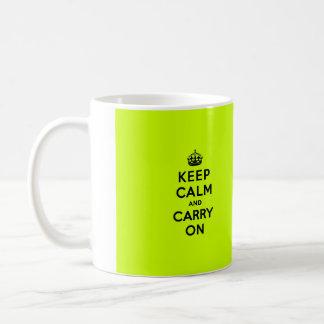 Guarde la calma y continúe el negro en chartreuse tazas de café